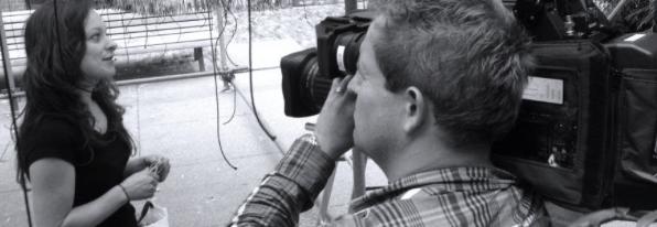 Cameraman die een vrouw filmt